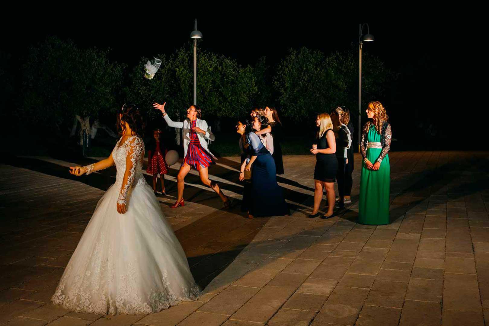 039-lancio-bouquet-matrimonio-gianni-lepore