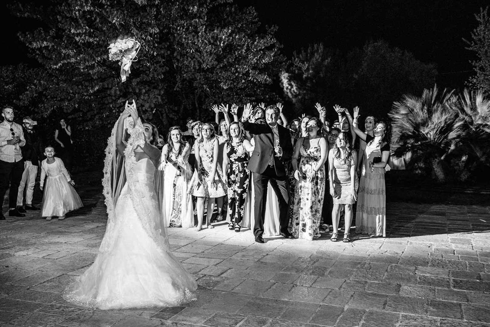 040-lancio-bouquet-sposa-gianni-lepore-wedding