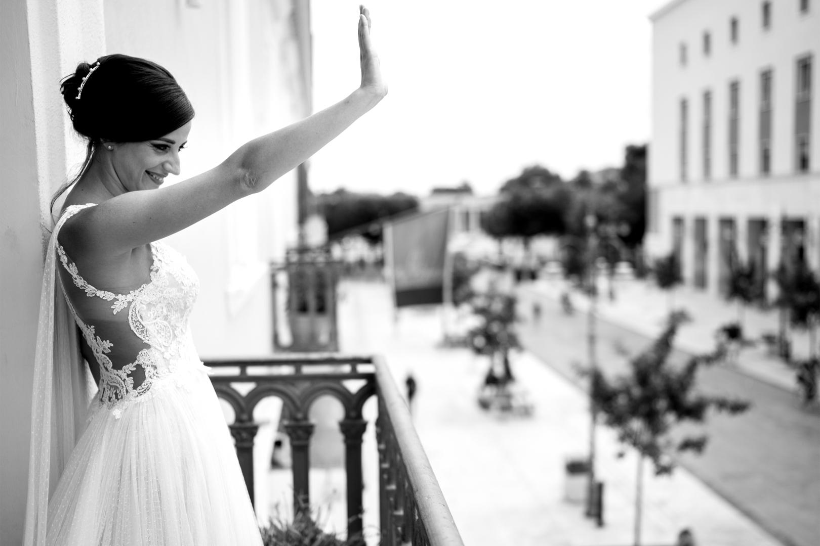 23 gianni-lepore-sposa-balcone-saluta