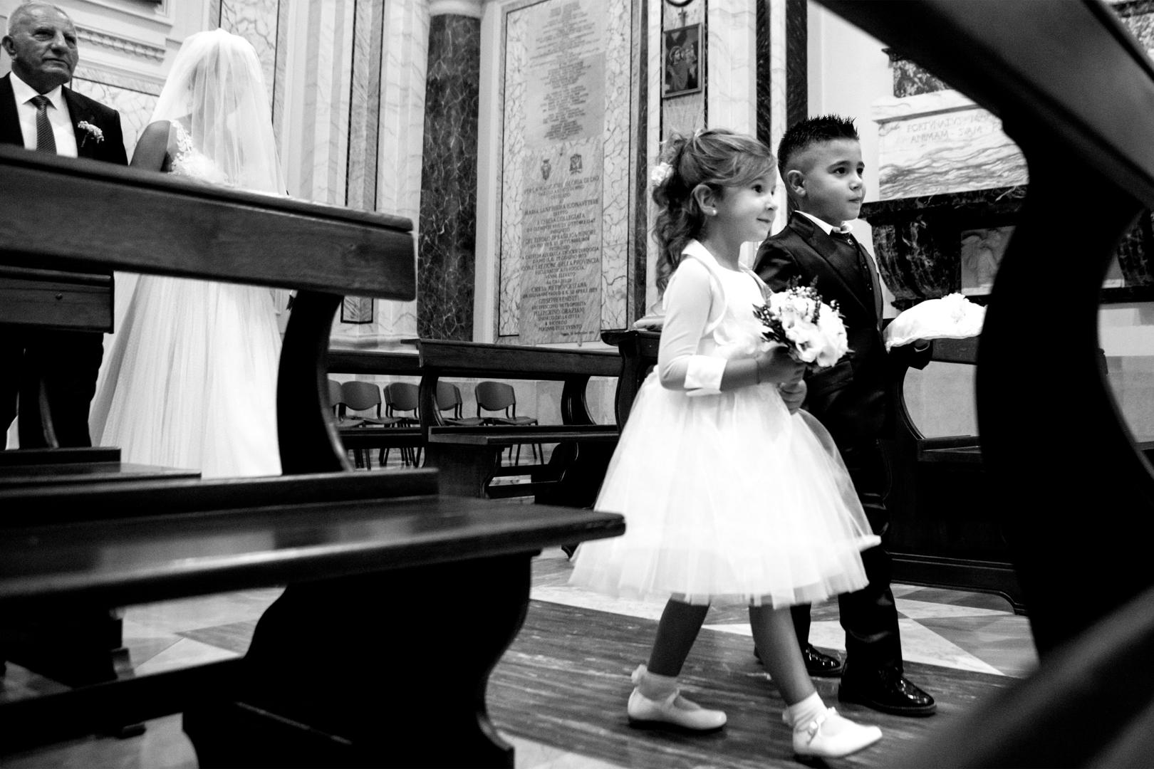 27 gianni-lepore-bambini-verso-altare