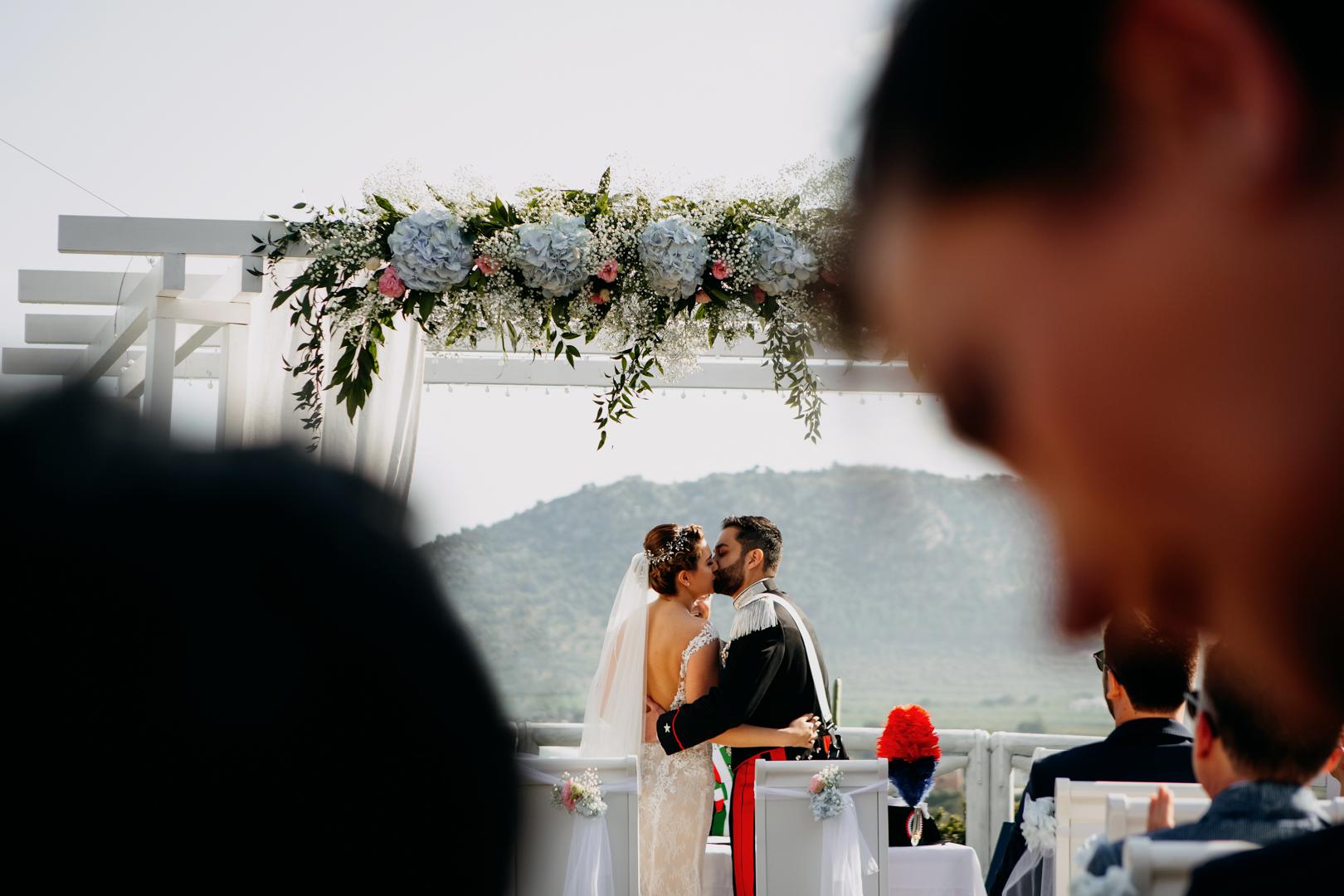 33 bacio-sposi-cerimonia-all'aperto-si-matrimonio-mare-gianni-lepore