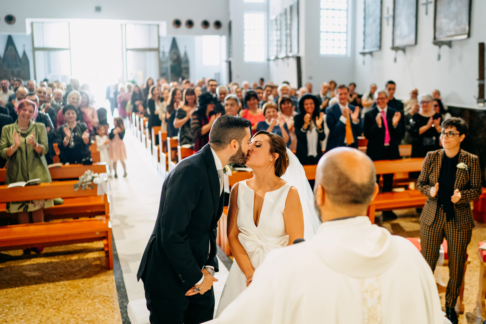 33 gianni-lepore-matrimonio-religioso-bacio-sposi