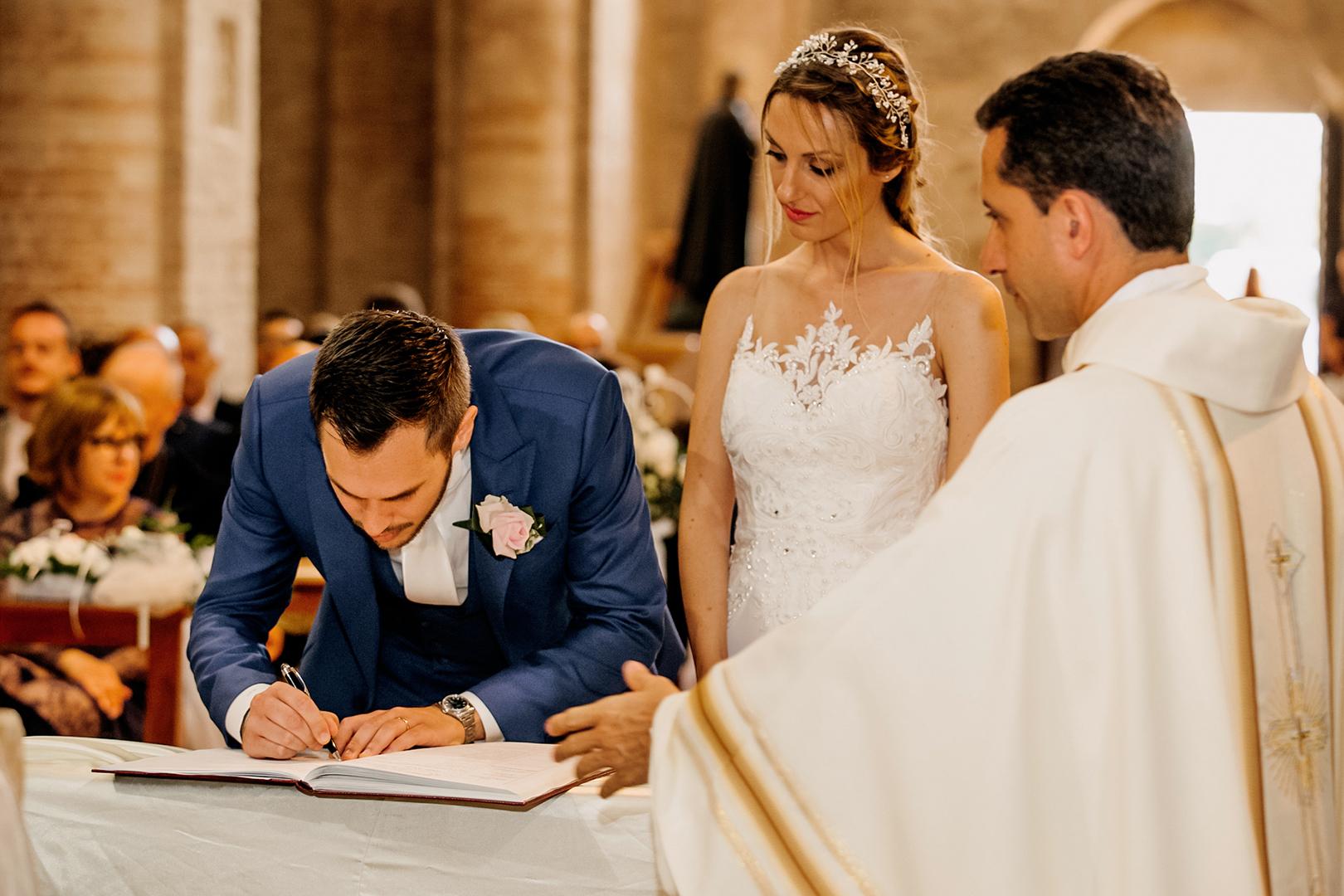 36gianni-lepore-sposi-fotografo-matrimonio-chiesa-firme-sposi-groom