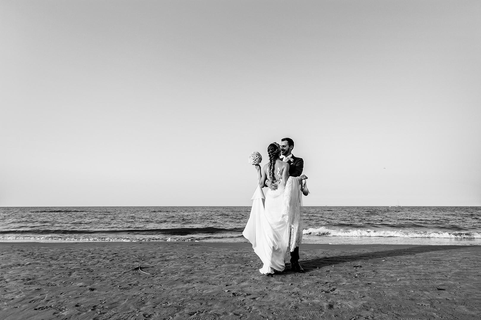 45 gianni-lepore-fotografo-sposi-bride-groom-spiaggia-mare-matrimonio-bianco-nero