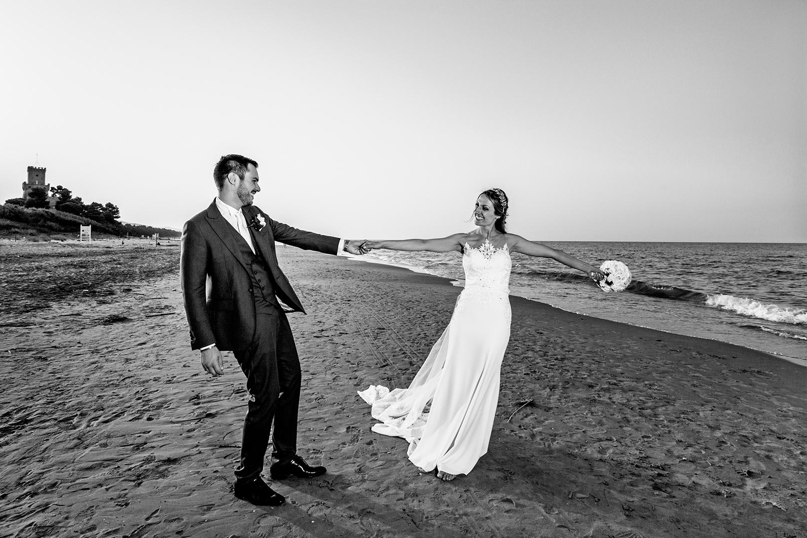 46 gianni-lepore-fotografo-matrimonio-sposi-bride-groom-bianco-nero-spiaggia-mare-silvi