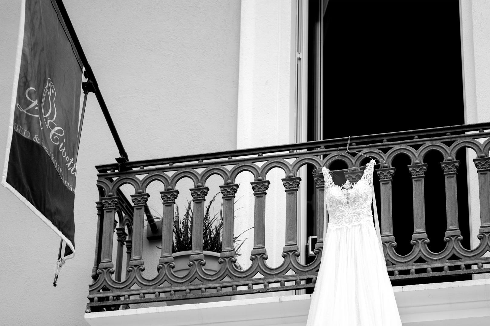 5 gianni-lepore-vestito-sposa-appeso-balcone