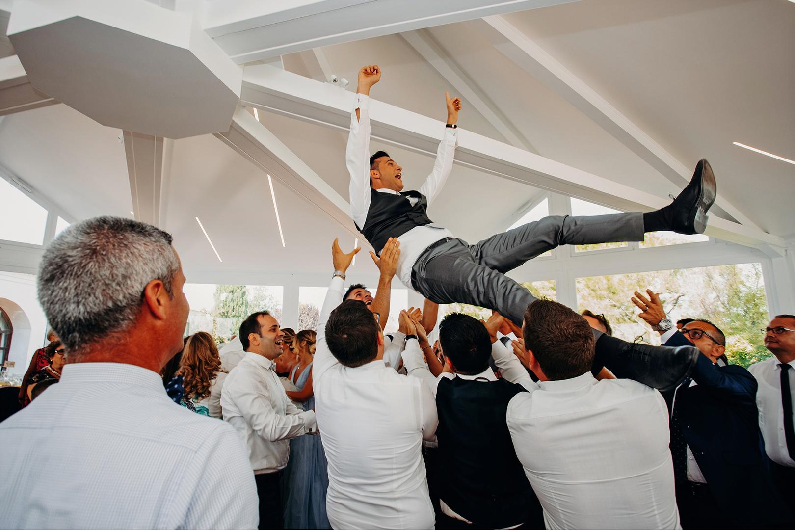 57 gianni-lepore-fotografo-lancio-sposi-ballo-invitati-sposo-groom-torre-andriana-foggia