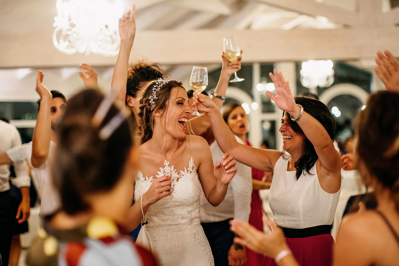 59 gianni-lepore-matrimonio-fotografo-ballo-sposi-bride-groom-amici-brindisi-invitati