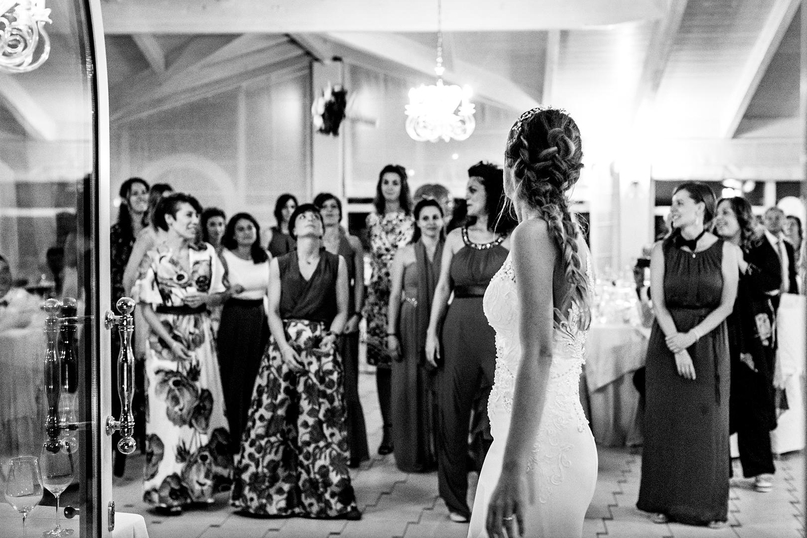 67 gianni-lepore-fotografo-matrimonio-lancio-bouquet-sposa-bride-bianco-nero