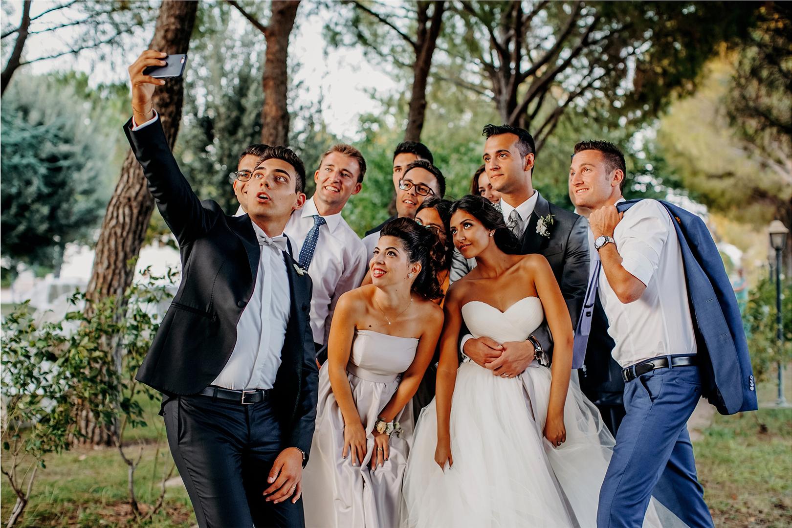75 gianni-lepore-cellulare-foto-amici-sposi-bride-groom-selfie