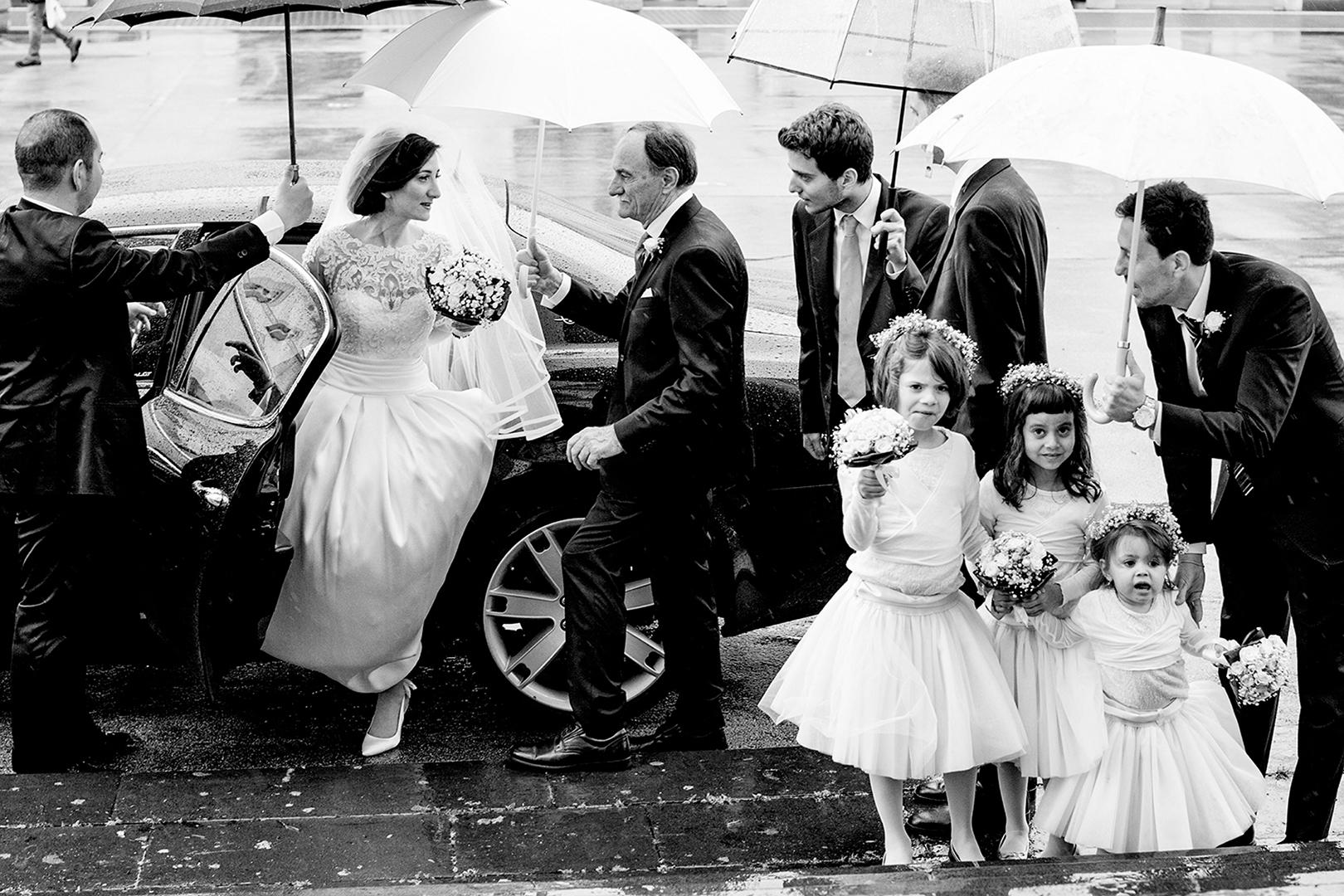 gianni-lepore-arrivo-chiesa-papà-matrimonio-pioggia-ombrello